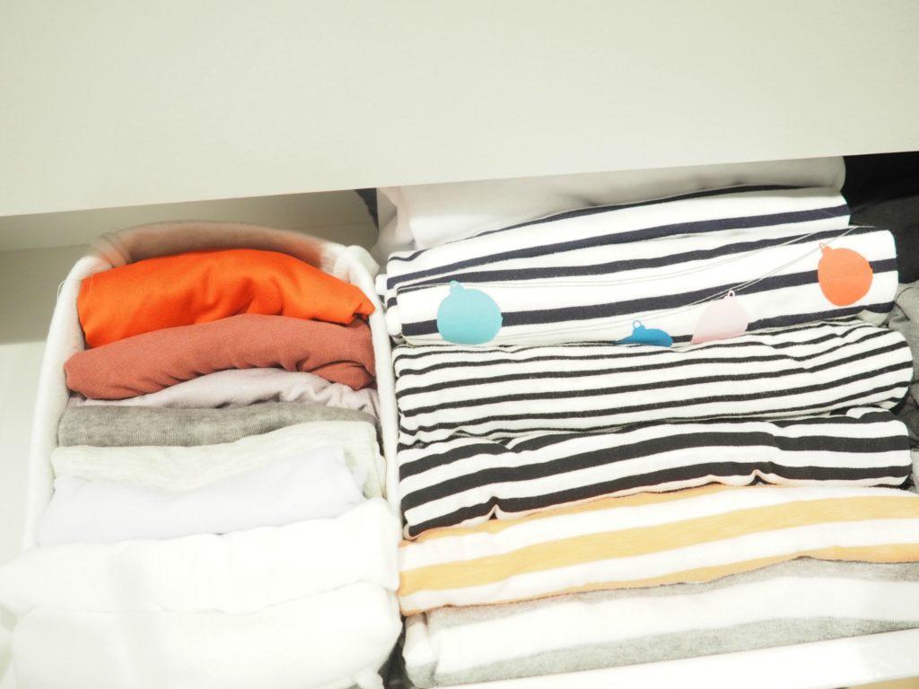 Shirts ziemlich klein falten, halbieren und wie ein kleines Päckchen hochkant in einen Korb legen