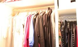 Blick in den begehbaren Kleiderschrank