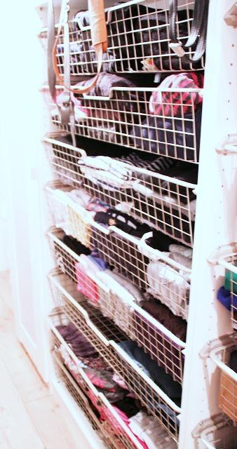 begehbarer Kleiderschrank selbst gebaut - IKEA-Körbe sind die perfekte Aufbewahrung