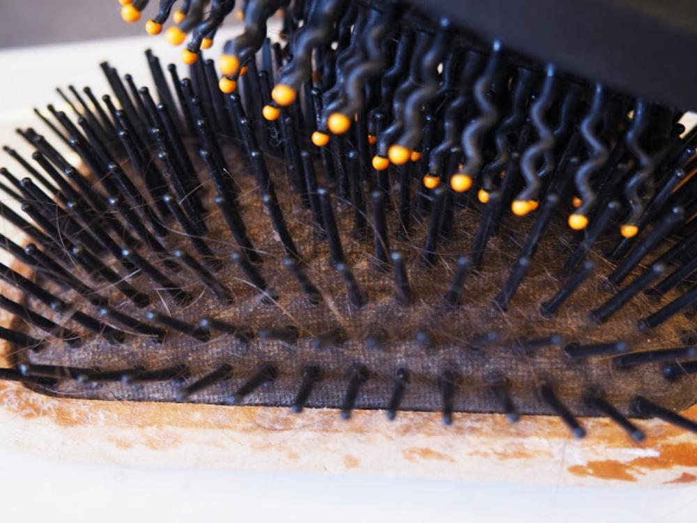 Haarbürsten reinigen mit Rasierschaum