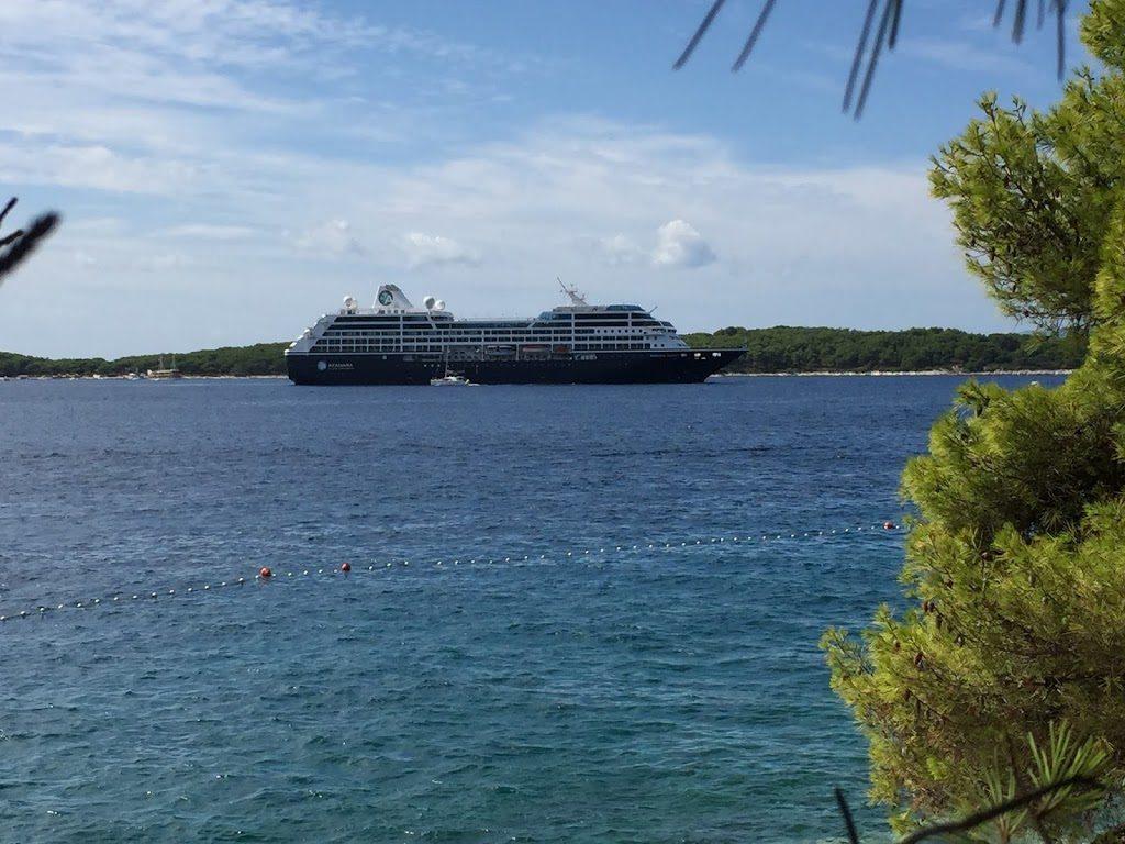 Kreuzfahrtschiff beim Landgang