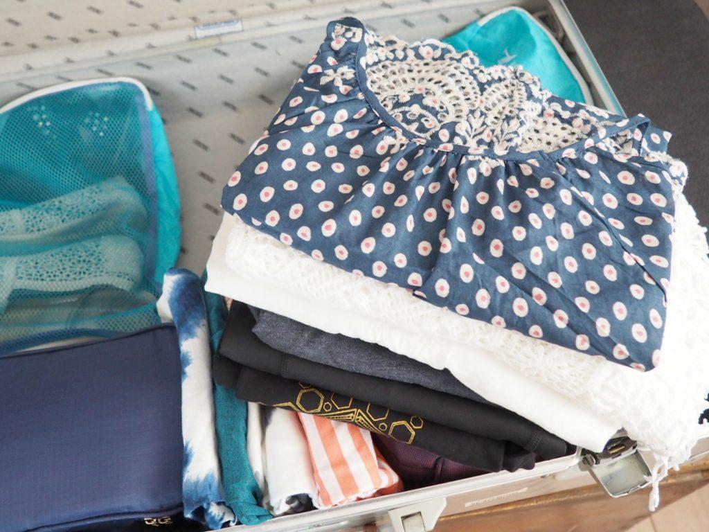 Kleidung effizient in den Koffer packen