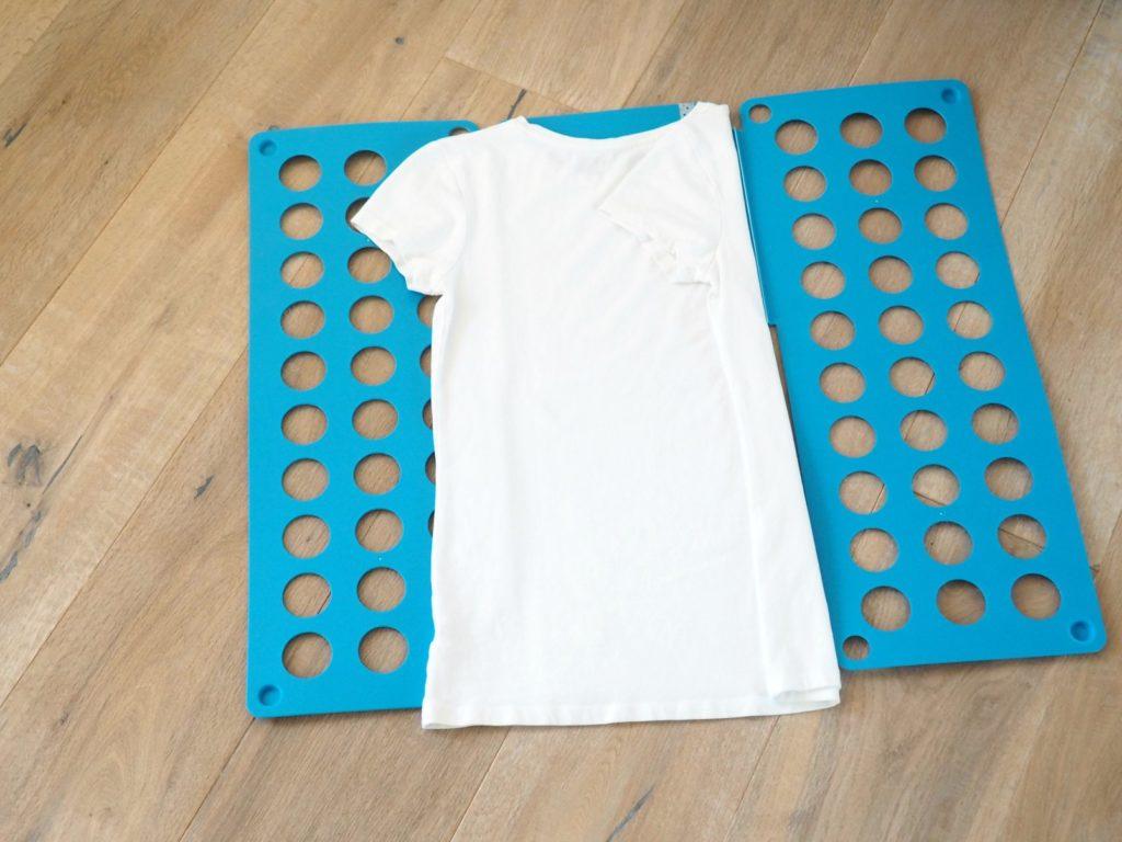 Shirts falten mit Falthilfe