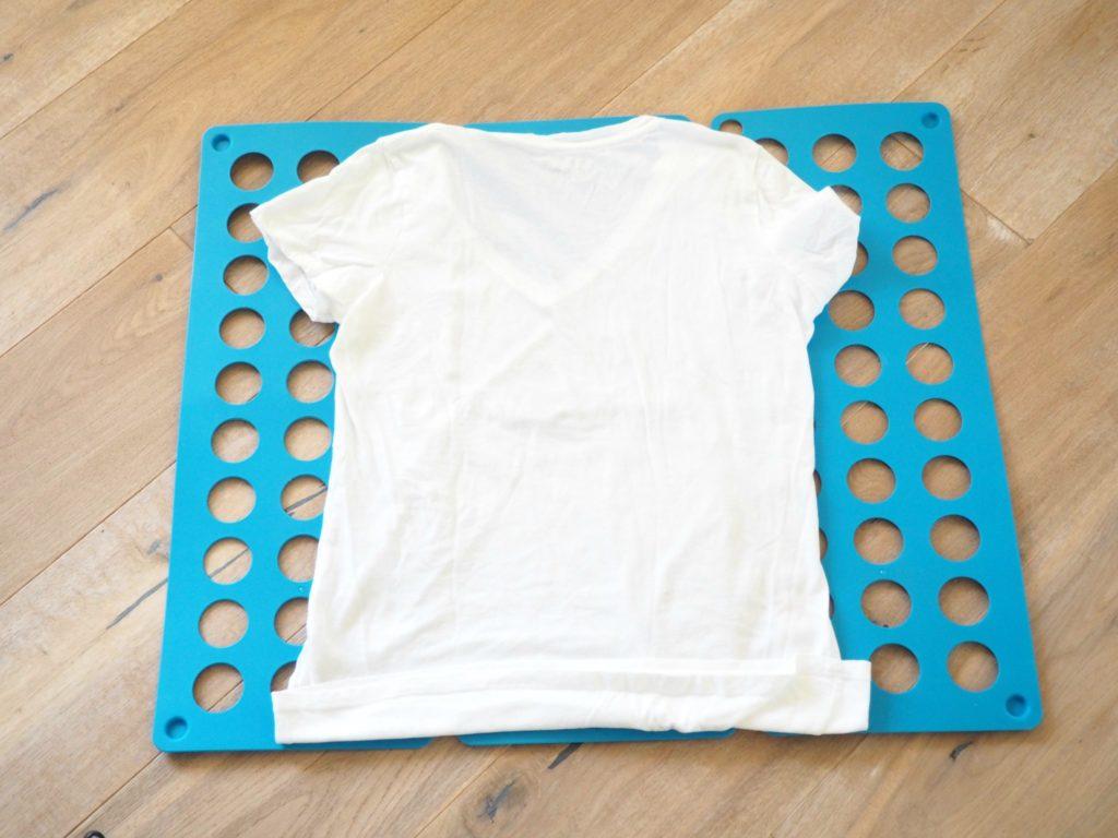 T-Shirt mit Faltbrett falten