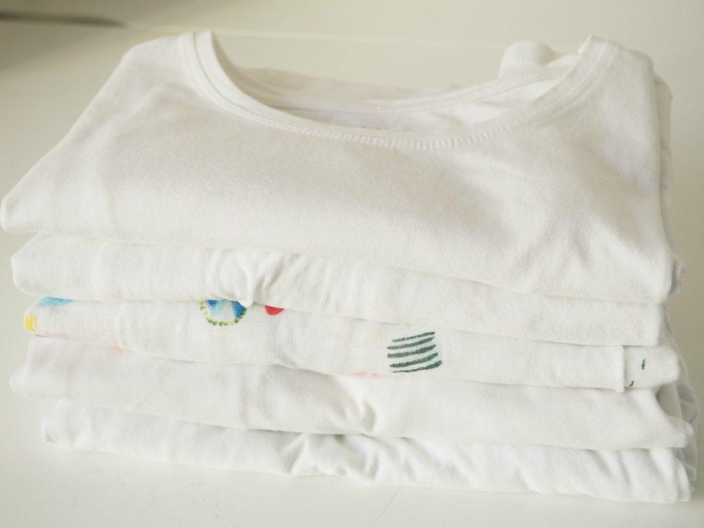 T-Shirt mit Faltbrett klein falten