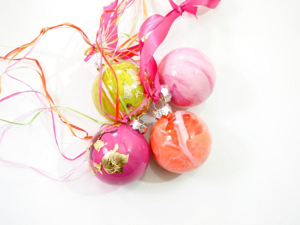 gefärbte weihnachtskugeln