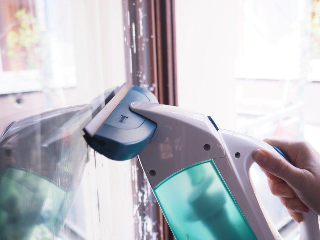 Fenster saugen mit dem Leifheit-Fenstersauger-DryClean