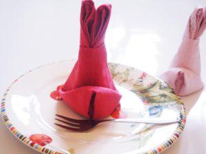 Servietten als Hasen falten