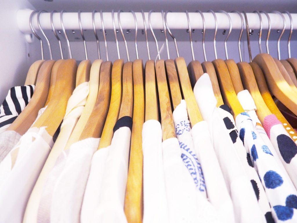Blusen auf der Kleiderstange
