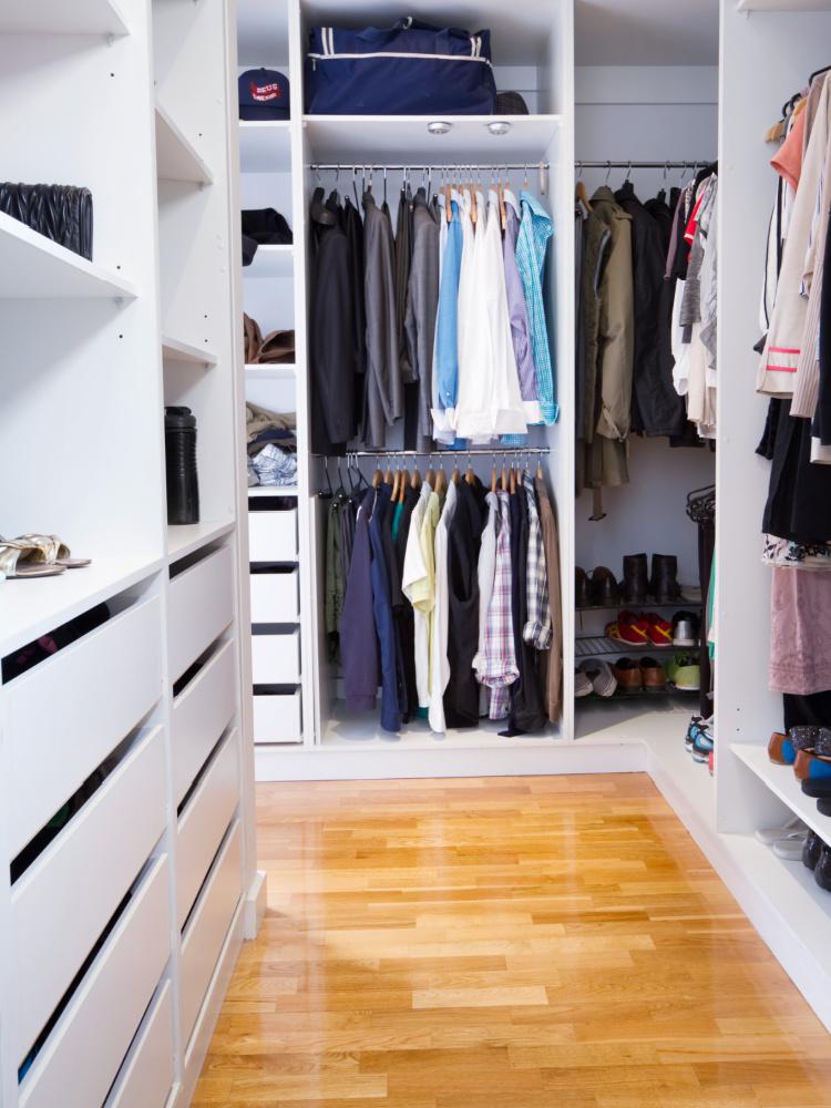 Schuhe im Kleiderschrank